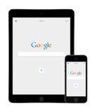 Google söker app på den Apple iPadluften 2 och skärmar för iPhone 5s Arkivbilder