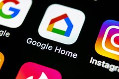 Google se dirige el icono del uso en el primer de la pantalla del smartphone del iPhone X de Apple Icono del app del hogar de Goo fotografía de archivo