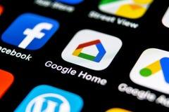 Google se dirige el icono del uso en el primer de la pantalla del smartphone del iPhone X de Apple Icono del app del hogar de Goo fotos de archivo libres de regalías