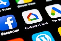 Google se dirige el icono del uso en el primer de la pantalla del smartphone del iPhone X de Apple Icono del app del hogar de Goo imágenes de archivo libres de regalías