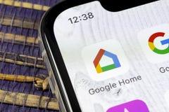 Google se dirige el icono del uso en el primer de la pantalla del smartphone del iPhone X de Apple Icono del app del hogar de Goo foto de archivo libre de regalías