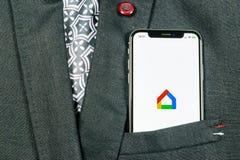 Google se dirige el icono del uso en el primer de la pantalla del smartphone del iPhone X de Apple en bolsillo de la chaqueta Ico imagenes de archivo