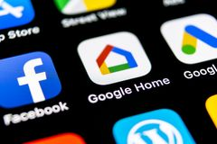 Google si dirige l'icona dell'applicazione sul primo piano dello schermo dello smartphone di iPhone X di Apple Icona di app della immagini stock libere da diritti