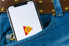 Google spelar musikapplikationsymbolen på närbild för skärm för Apple iPhone X i jeansfack Google spelar app-symbolen Google spel arkivfoto