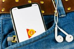 Google spelar musikapplikationsymbolen på skärmen för Apple iPhone X i jeansfack Google spelar app-symbolen Google spelar musikap arkivfoto