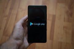 Google spielen Logo auf Smartphoneschirm Lizenzfreie Stockfotos