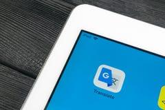 Google Tłumaczy podaniową ikonę na Jabłczanego iPad Pro parawanowym zakończeniu Google Tłumaczy ikonę Google Tłumaczy zastosowani Zdjęcia Royalty Free