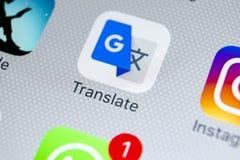 Google Tłumaczy podaniową ikonę na Jabłczany X iPhone parawanowym zakończeniu Google Tłumaczy ikonę Google Tłumaczy zastosowanie  Zdjęcia Stock