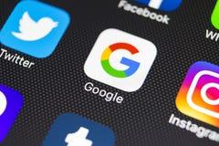 Google-toepassingspictogram op Apple-iPhone 8 het close-up van het smartphonescherm Het pictogram van Google app Google is het po Stock Foto