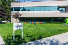 Google undertecknar framme av en av byggnaderna som lokaliseras i den huvudsakliga Google universitetsområdet, silikon Val Fotografering för Bildbyråer