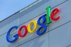 Google undertecknar på det Google kontoret som buillding Arkivbild
