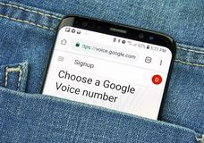 Google Voice app op het telefoonscherm in een zak stock fotografie