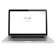Google webpage på Macbook pro-skärm Arkivbild