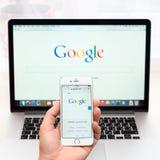 Google webpage på skärm för iphone 6 Arkivfoto