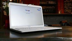 Google-Webseite auf Laptopanzeige Stockfotos