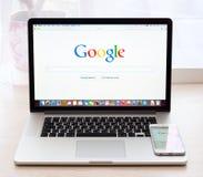 Google-Webseite auf Proanzeige Macbook Stockfotos