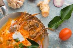 Goong da sopa ou do tom de Tom Yum yum, um camarão picante tradicional tailandês assim imagens de stock