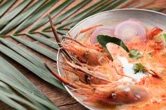 Goong de la sopa o de tom de Tom Yum yum, una gamba picante tradicional tailandesa tan fotos de archivo libres de regalías