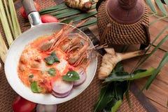 Goong de la sopa o de tom de Tom Yum yum, una gamba picante tradicional tailandesa tan imagen de archivo