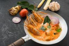 Goong de la sopa o de tom de Tom Yum yum, una gamba picante tradicional tailandesa tan imágenes de archivo libres de regalías