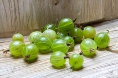 gooseberry Uva spina su un fondo di legno immagini stock