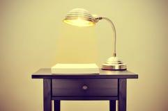 Gooseneck lamp en lege document bladen Stock Afbeeldingen