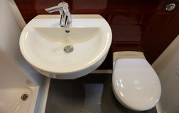 Gootsteen en toilet in hotel Royalty-vrije Stock Afbeelding