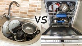 Gootsteen met vuile keukengerei, werktuigen en schotels Open afwasmachine met schone schotels Verbetering, het gemakkelijke, comf Royalty-vrije Stock Afbeeldingen