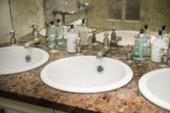 Gootstenen in het Openbare Toilet royalty-vrije stock foto's