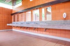 Gootstenen met spiegels Stock Foto