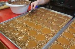 Gopher de pralines de noix de pécan et de chocolat au lait étant faits dans une boutique douce dans la savane, GA Photos libres de droits