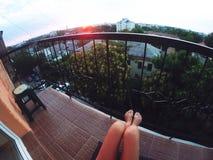 Gopro da menina do nascer do sol do por do sol do verão Foto de Stock Royalty Free