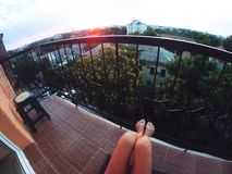 Gopro de la muchacha de la salida del sol de la puesta del sol del verano Foto de archivo libre de regalías