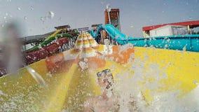 Gopro Equipaggi lo scivolamento giù il waterslide in un waterpark archivi video
