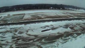Gopro Quadrocopters do voo sobre o campo Inverno video estoque