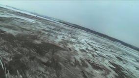 Gopro Quadrocopters do voo sobre o campo Inverno vídeos de arquivo