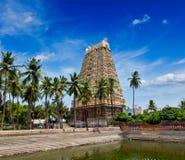 Gopura (塔)和Bhakthavatsaleswarar Temp阁下寺庙坦克  图库摄影