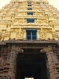 Gopura Gopuram - una puerta en templos hindúes del estilo de Dravidian Foto de archivo libre de regalías