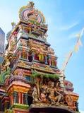 在寺庙gopuram的印度神雕象 免版税库存图片