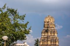 Gopuram all'entrata a Kalyani Shravanabelagola nel Karnataka, dentro fotografie stock libere da diritti