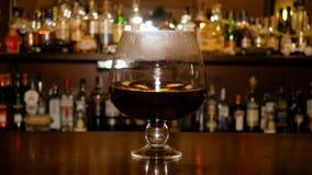 Gorący wino z kawałkami owoc wiruje w wielkiej szklanej czara Proces kucharstwo rozmyślający wino Prętowy gabinet z zbiory