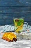 gorąca aromatyczna rozgrzewkowa herbata z mennicą, wapno, cytryna Fotografia Royalty Free