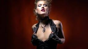 Gorąca bujak kobieta z blondynka włosy, ciągnie na jej czarnej kamizelce, drobny zwolnione tempo zbiory wideo