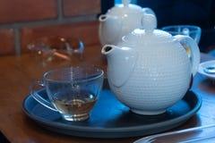 Gorąca cytryny herbata Stawia szkło biel z przypadkową przerwą od pracy zdjęcie royalty free
