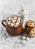 Gorąca czekolada, czekoladowego układu scalonego ciastka i boże narodzenia, ornamentujemy Święty Mikołaj Obraz Stock