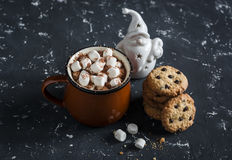 Gorąca czekolada, czekoladowego układu scalonego ciastka i boże narodzenia, ornamentujemy Święty Mikołaj Fotografia Stock