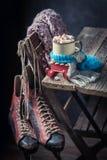 Gorąca czekolada z błękitnym szalikiem dla bożych narodzeń Zdjęcia Royalty Free