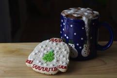 Gorąca czekolada z Bożenarodzeniowym ciastkiem Zdjęcia Stock
