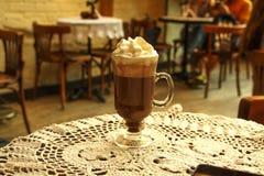 Gorąca czekolada z cynamonem i batożącą śmietanką na drewnianym stole Czekolada jest gorąca na stole zdjęcia royalty free