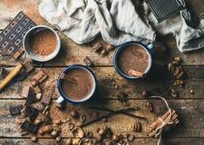 Gorąca czekolada z cynamonowymi kijami, anyżem, dokrętkami i kakaowym proszkiem, obrazy stock